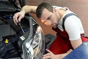 Produkthaftpflichtversicherung - Mechaniker prüft ein Bauteil