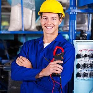 Maschinenversicherung - Elektroniker vor Maschine