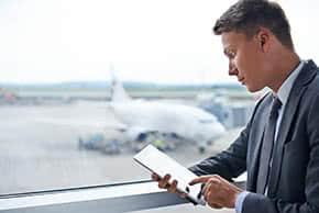 Luftfahrtversicherung - Geschäftsmann im Flughafen