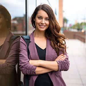 Firmenversicherung - Zufriedene Geschäftsfrau