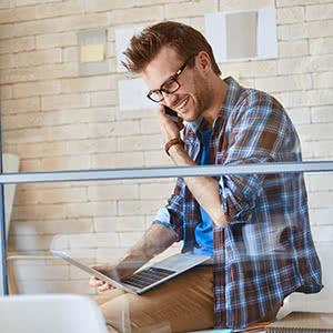 Büroversicherung - Geschäftsmann informiert sich