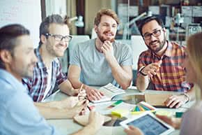 Betriebsunterbrechungsversicherung - Gruppe im Gespräch