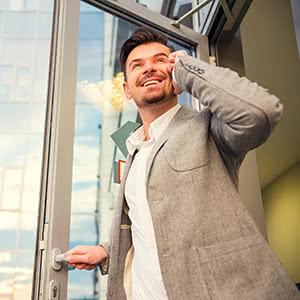 Ladenversicherung - Zufriedener Geschäftsmann