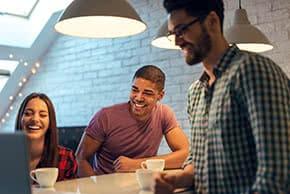 Ladenversicherung - glückliche Mitarbeiter im Gespräch