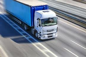 LKW Versicherung - LKW auf der Autobahn