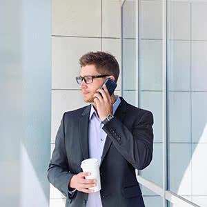 Managerhaftpflichtversicherung - Manager telefoniert vorm Büro