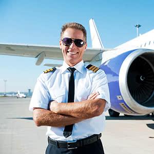 Luftfahrtversicherung - Pilot vor Flugzeug