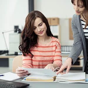Gewerbliche Sachversicherung - Frau liest Vertrag