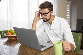 Firmenversicherung - Junger Unternehmer informiert sich