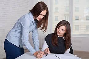 Firmenrechtsschutzversicherung - Mitarbeiterinnen vergleichen Details