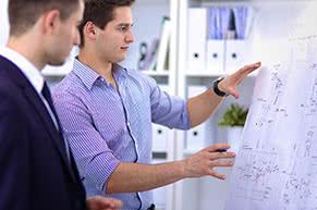 Bauleistungsversicherung - Architekt und Bauherr besprechen Details