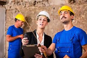 Berufshaftpflichtversicherung Bauleiter – Bauleiterin bespricht Details