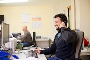 Berufshaftpflichtversicherung Beamte – Beamter telefoniert im Büro