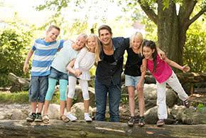 Berufshaftpflichtversicherung Erzieher – Erzieher spielt mit Kindern