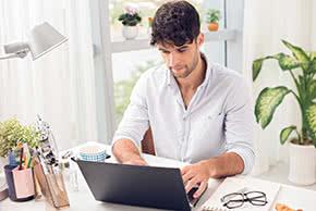 Berufshaftpflichtversicherung Freelancer – Freelancer arbeitet zuhause