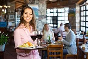 Berufshaftpflichtversicherung Gastronomie – Kellnerin im Restaurant