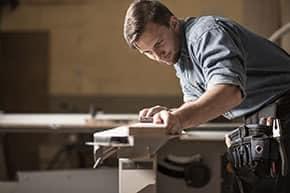 Berufshaftpflichtversicherung Handwerker – Handwerker in der Werkstatt
