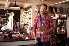 Berufshaftpflichtversicherung Kleingewerbe – Zufriedener Ladeninhaber