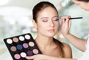 Betriebshaftpflichtversicherung Kosmetikerin – Kosmetikerin schminkt Kundin