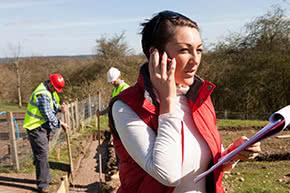 Berufshaftpflichtversicherung Landschaftsarchitekt – Landschaftsarchitektin bei der Arbeit