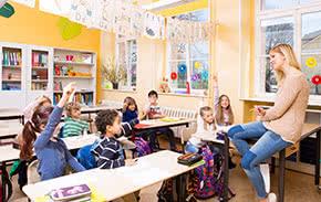 Berufshaftpflichtversicherung Lehrer – Lehrerin vor der Klasse