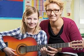 Berufshaftpflichtversicherung Musiklehrer - Musiklehrerin mit Schülerin