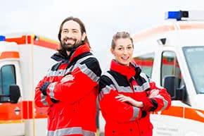 Berufshaftpflichtversicherung Notarzt – Sanitäter vor Rettungswagen