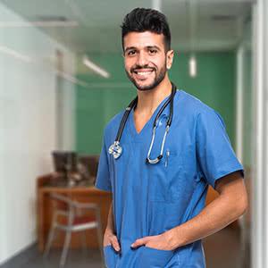 Berufshaftpflichtversicherung Pflegeberufe – Zufriedener Pfleger