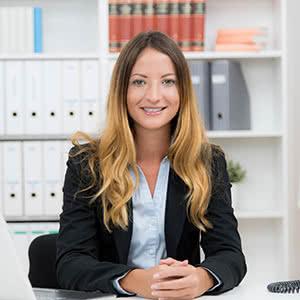 Berufshaftpflichtversicherung Rechtsanwalt - Zufriedene Rechtsanwältin