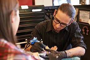 Berufshaftpflichtversicherung Tätowierer – Tätowierer bei der Arbeit