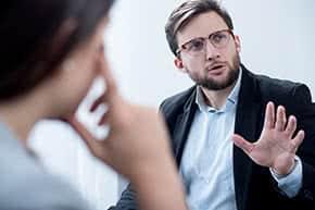 Berufshaftpflichtversicherung Therapeuten – Therapeut in Besprechung