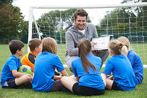 Berufshaftpflichtversicherung Trainer – Trainer bespricht die Taktik