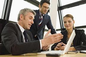 Berufshaftpflichtversicherung Treuhänder – Treuhänder beim Beratungsgespräch