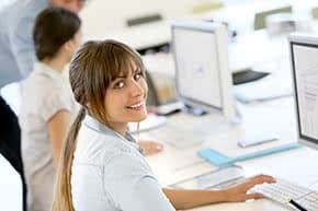 Berufshaftpflichtversicherung Webdesigner – Webdesignerin sitzt vorm PC