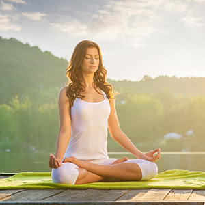 Berufshaftpflichtversicherung Yogalehrer - Frau bei der Meditation