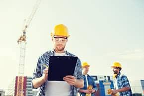 Betriebshaftpflichtversicherung Bauträger – Bauträger untersucht Pläne