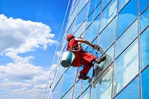 Betriebshaftpflichtversicherung Gebäudereinigung – Gebäudereiniger reinigt Fassade