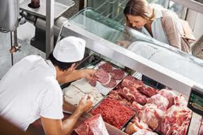 Betriebshaftpflichtversicherung Metzger – Kundin an der Fleischtheke