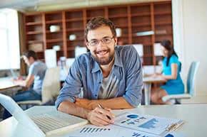 Betriebshaftpflichtversicherung Selbstständiges – Zufriedener Geschäftsmann