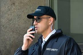 Betriebshaftpflichtversicherung Sicherheitsunternehmen – Wachmann bei der Arbeit