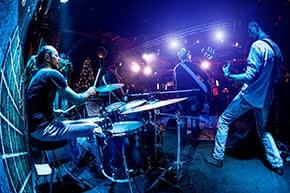 Betriebshaftpflichtversicherung Veranstaltungstechnik – Band auf der Bühne