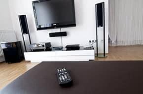 Hausratversicherung - Wertvolle Technik im Wohnzimmer