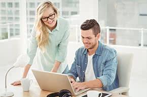 Hausratversicherung - junges Paar vergleicht Angebote