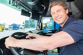 Transportversicherung - LKW-Fahrer bei der Arbeit
