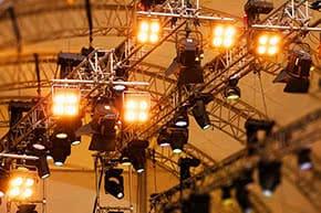 Veranstaltungshaftpflichtversicherung - Aufhängung von Konzertbeleuchtung