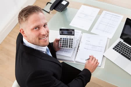 Keyman Versicherung - Geschäftsmann berechnet den Beitrag